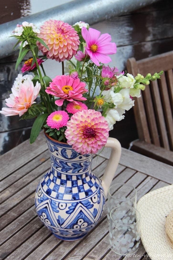 Gartenstrauß aus Astern, Dahlien und anderen Gartenblumen