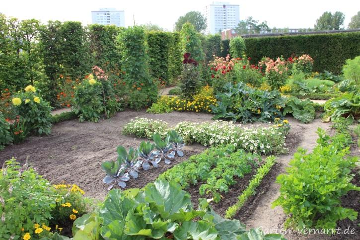 Kleiner Gemüsegarten mit Rotkohl, Grünkohl und Blumen als Beeteinfassung auf der IGA