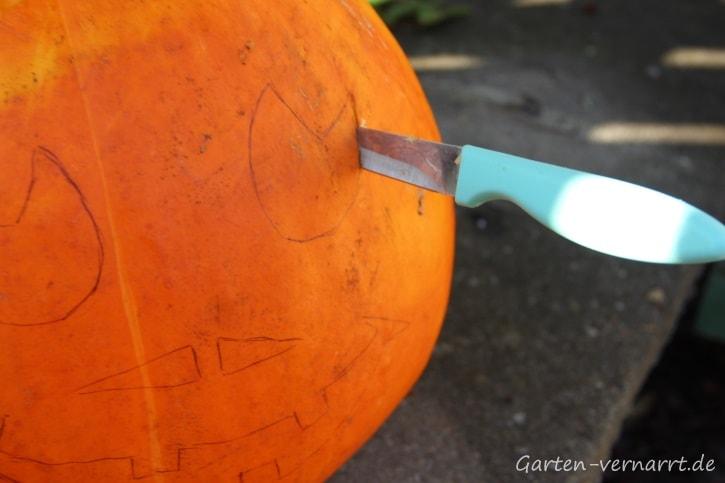 Schritt für Schritt zum Halloween-Kürbis: vorsichtig Augen ausschneiden