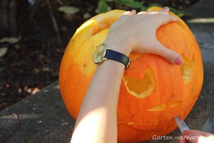Badtelanleitung für einen Halloween-Kürbis