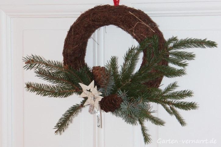 Einen selbst gebastelten Türkranz zu Weihnachten